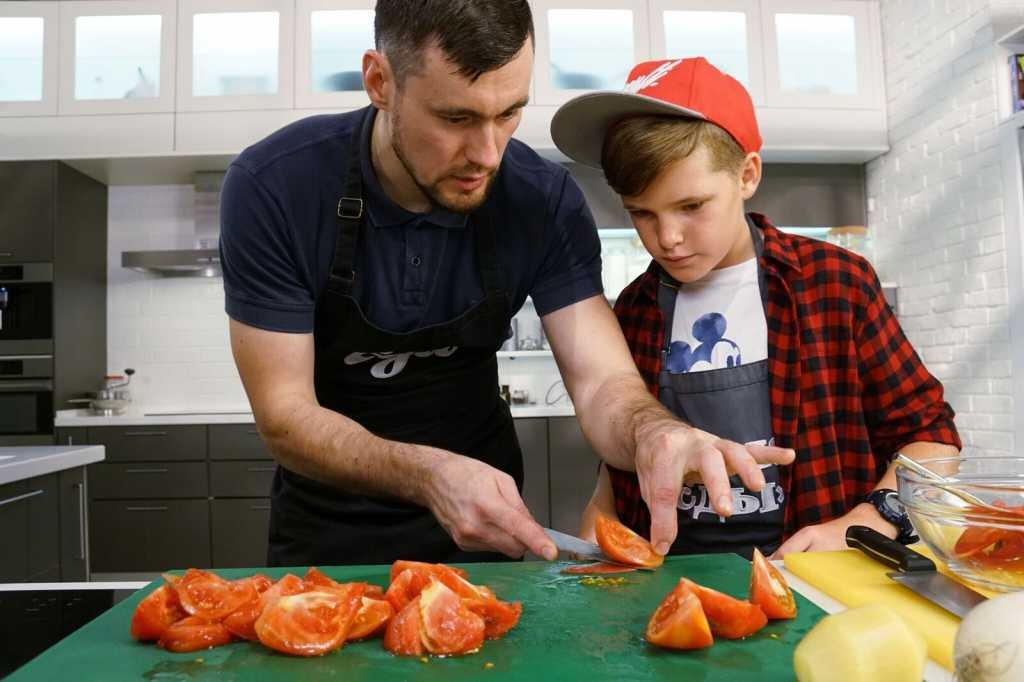 Подробнее о шефах среди преимуществ обучения кулинарному искусству у нас приятная и доброжелательная дружеская атмосфера.